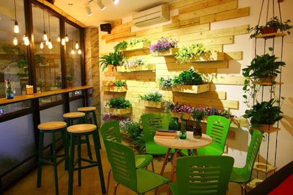 Trang trí không gian với bàn ghế gỗ trà sữa