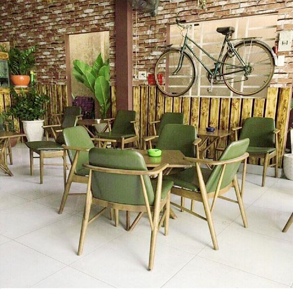 Bàn ghế gỗ trà sữa dạng vuông, kết hợp với ghế có tay vịn